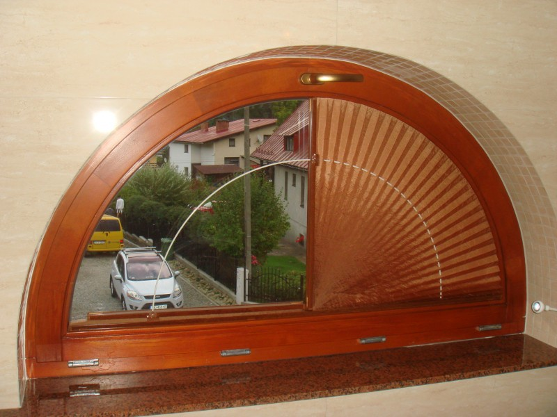 plisy w oknach o nietypowych kształtach.